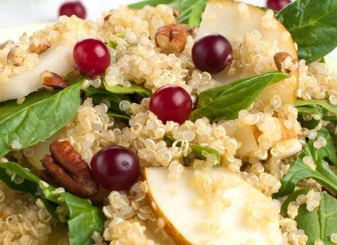 Quinoa z gruszką, cynamonem i prażonymi pestkami